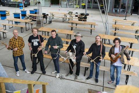 Hornorkesteret har den særeste instrumenteringen på Nattjazz:  Fra venstre: Thomas Oxem (trestokk), Jonas Qvale (reinsdyrgevir), Marius Lien (reinsdyrgevir), Magne Rudjord (elgskalle), Erlend Lien (reinsdyrgevir), Dag Henrik Ruzafa Jacobsen (bassukulele).