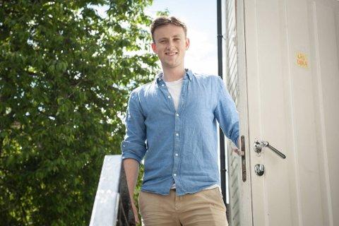 23-årige Olav Bjørneset Herse poserer stolt på trappen utenfor sin aller første, selveide leilighet. UiB-studenten har bodd i Bergen i tre år og stortrives i Ladegården-strøket.