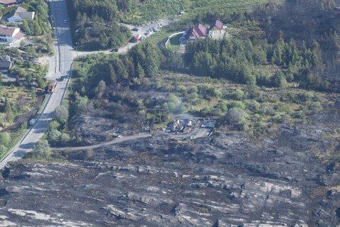 Familien tok med seg hundene og bobilen da de evakuerte.  Noen timer senere ble huset slukt av flammene.