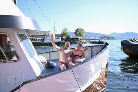 – Vi skal kose oss på båtferie i sommer og styre unna utesteder og byturer. Det er mindre smittefarlig å ta seg et glass vin om bord, sier Alexander Pettersen og Marianne Rossland. Her ved bryggen på Kristiansholm.