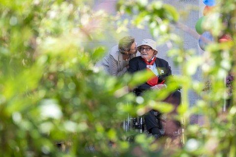 KJÆRLIGHET:  Jakob Skarstein fylte 100 år mandag, og fikk stor oppmerksomhet, blant annet fra sin kone Inger-Lise (83).  ingen tvil om at kjærligheten lever  mellom det som en gang var byens store kjendispar. FOTO: KRISTINE RISTESUND