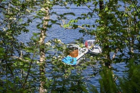 Venner og familie var søndag ute i båter for å lete etter savnede Nicolai Øvrås Espetvedt.