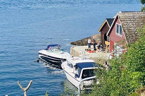 Her har politiet fått funnet fra båten på land. Den stjålne båten ligger til venstre.