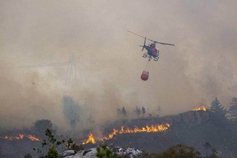 Klokken 1230 torsdag ettermiddag rekvirerte brannvesenet i Øygarden skogbrannhelikopteret fra Torp i Sandefjord. Det var på plass klokken 1400.