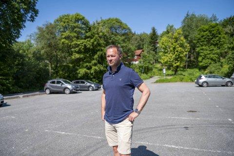 Trond Lilletvedt mener det er hodeløst å bare ha to timers parkering ved en badeplass. – Foreldrene mine har fått bot her flere ganger, sier han.