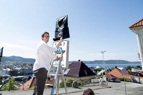 Thor Haakon Bakke avduker de nye skiltene ved Skansen