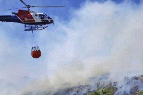 Flere helikopter driver nå slukningsarbeid.