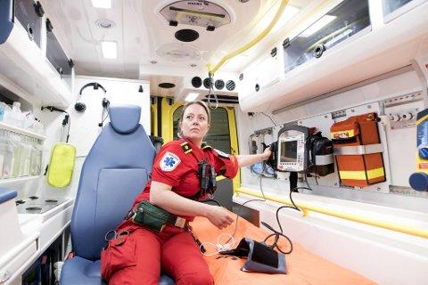 Lena Einarsen jobber på ambulanse og er innsatsleder helse i Helse Bergen.  Hun og kollegene møter oftere pasienter som sliter psykisk under pandemien.