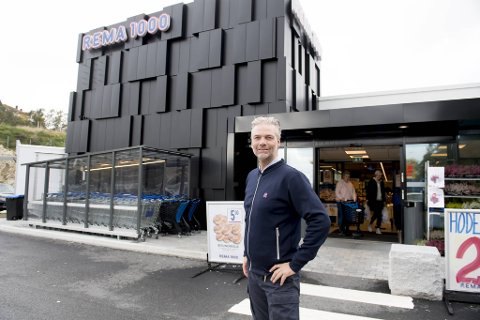 Butikksjef Eivind Madsen kutter ned åpningstidene hos Rema 1000 Søreide.