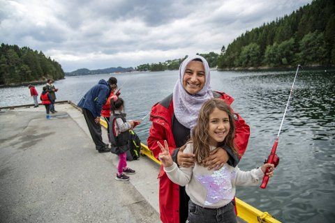 Prosjektleder Emine Turkay Selayet forteller at det er første gang barna holder i en fiskestang. Her med Beyzanur Candemir (7).
