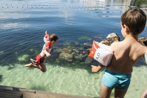 Christian (6.5) og Fabian (4.5) kaster seg ut i det klare vannet. – Her er det trygt for barn, sier moren Diana Dahle.