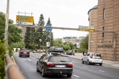 Skiltene som i utgangspunktet bare skulle vise at gjennomkjøring ikke er mulig, viser også at tilkomst til sentrum ikke er mulig. Dette er feil.