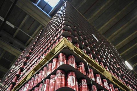 Solrike dager, ferietid og flere som kan samles i sosialt lag bidrar til økt omsetning hos Hansa Borg Bryggerier. Men aluminiumsmangel skaper ekstra hodebry.