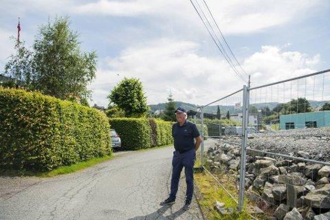 Hans Christian Pettersen bor inn oppkjørselen på venstre side av veien. På høyre side kommer prosjektet til Bonava.