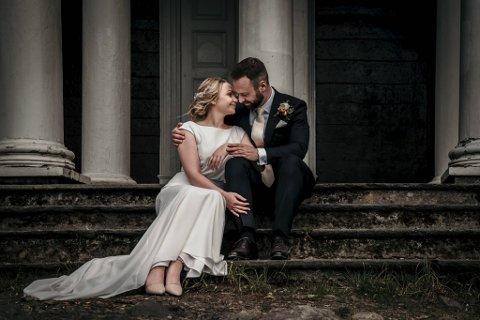 2. juli fikk omsider Tonje (30) og Bjarne Stokka Instanes (32) giftet seg. Brudebildet er tatt på idylliske Mon Plaisir i Fjellveien.