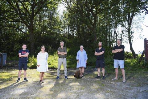 Ronny Falkanger, Kristine Hordnes, Harald Simonsen, Lisbeth Helen Nord, Bjarne Hove og Bobbo Langeland fra Helgeplasset borettslag protesterer mot boligplanene til kommunen.