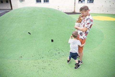 Silve Hellvin Stav er ofte og leker med Teis (2) og Birk (5) på Slettebakken skole. Nå ligger det gummi strødd utover uteområdet.