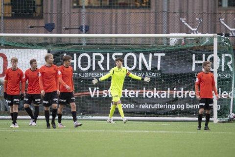 Åsanes danske keeper Mark Jensen var uheldig på begge baklengsmålene da de oransje tapte 0-2 i Ålesund fredag.