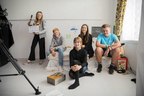 Det er tre engasjerte ungdommer som lager film i Åsane denne uken. De har også fått med seg to skuespillere. F.v.: Mathilda Hordnes (13), Emil Thunold Gausvik (13), Mia Evebø Rød (16), Mathilde Austegard Ypsøy (30) og Benjamin Tøsdal (15).