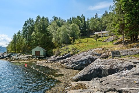 Eigedommen i Osterfjorden er på vanvettige 200 mål og er prisa til 2,2 millionar kroner. Trass manglande kaianlegg trur eigedomsmeklar at seljaren kan få betydeleg meir for salet.