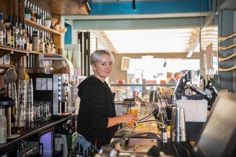 Ansatte i utelivet ønsker ikke å kjefte på kundene: – Vi må samarbeide for å nå målet, sier Waves bartender Vanja Gloppestad (22).