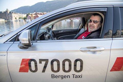 Trond Thomsen har fått omsetning på munnbindsalget. Til tross for påbud om munnbind i Bergen Taxi sine biler, har langt færre med seg eget når de bestiller bil.