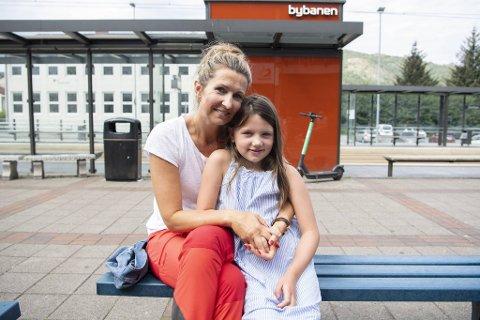 Elisabeth Lid og datteren Julie Lid ved Sletten senter.