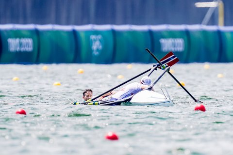 Are Weierholt Strandli og Kristoffer Brun veltet under semifinalen i dobbeltsculler på roarenaen Sea Forest Park i Tokyo.