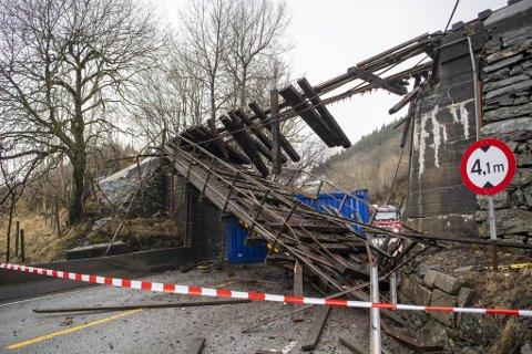 Broen ble totalt ødelagt da et vogntog kjørte inn i den.