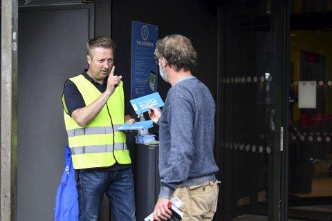Direktøren ved Lagunen Storsenter, Knut Eliassen, står ved inngangen til senteret og informerer kunder om det nye parkeringssystemet lørdag.