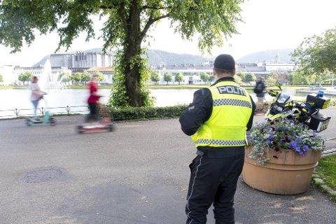 Politiførstebetjent Nico Hernandes ved Trafikkavsnittet følger løperhjul-kjøringen langs Lillelungeren med årvåkent blikk. Her fikk fire førere gebyr på 3000 kroner.