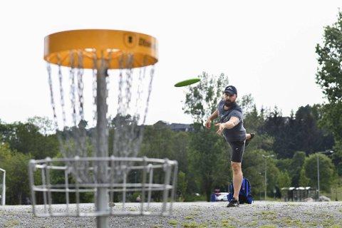 Huseier og familiefar Kjartan Ellefsen (47) slapper av med frisbeegolf i Fyllingsdalen på fritiden. Han gleder seg over at stadig flere ønsker å bosette seg i bydelen.
