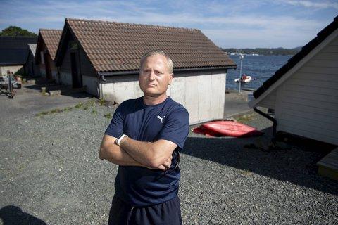 Fredrik Leira (50) mener det er urimelig at han ikke får bygge et 25 kvadratmeter stort naust på tomten sin.
