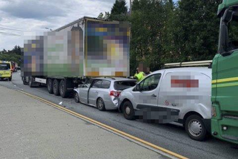 Det kunne gått skikkelig galt da disse to personbilene havnet i skvis mellom to vogntog på Steinestøvegen i Åsane 6. juli. Lav fart hindret trolig alvorlige personskader.