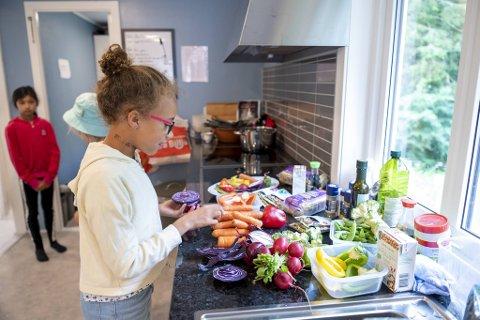 Lotta Amara (9) pleier å hjelpe til med middagen hjemme. Nå gleder hun seg til å lære nye plantebaserte retter.