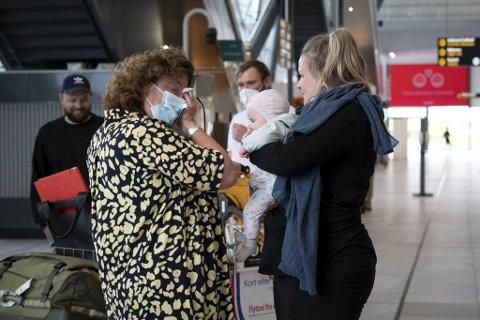 Takket være lettelser i reiserestriksjonene og vaksinesertifikat, ble ventetiden i ankomsthallen kort for nybakt mormor Kristin Holm Brandal.
