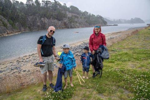 En kraftig regnskur gjorde at familien Brattetveit Helles fisketur ble brått avbrutt. Likevel var det ikke tvil om at de skulle velge Kollevågen som fiskeplass.