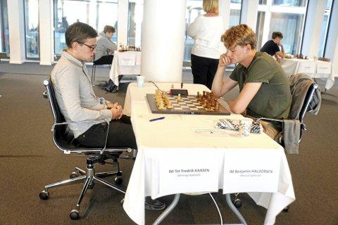 Benjamin Haldorsen (t.h) under NM i sjakk denne uken.