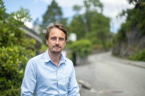 Den 45 år gamle familiefaren Thomas Aksnes mener at smitteverntiltakene i Norge er tatt på feil grunnlag og ute av proporsjoner.