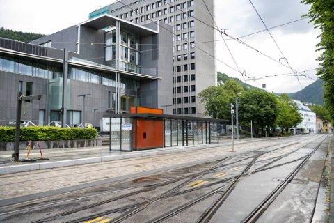 Onsdag blir alle gjerdene i sentrum fjernet. Kommunikasjonsrådgiver i Bybanen utbygging, Ronny Turøy, gleder seg over at folk igjen kan vandre fritt i byen.