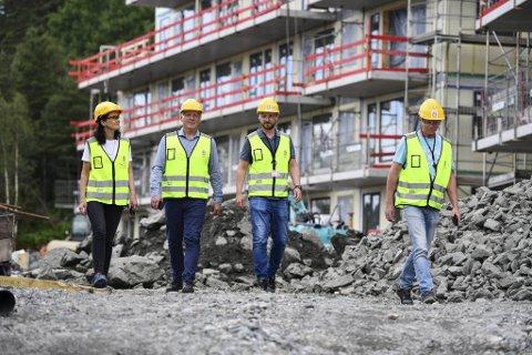 Christine Revheim-Hansen, Petter Sunde, Jørgen Teige og Ulf Grinde ved JM Bolig sitt byggeprosjekt på Leidarkollen i Søndre Lyderhornslien. Utbyggerne er redd det bygges for lite.