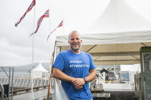 Øystein Vaage, festivalsjef for Tysnesfest-isj, har vært nervøs for planleggingen av ny konsert. –  Det er heldigvis en helt fantastisk gjeng som jobber her.