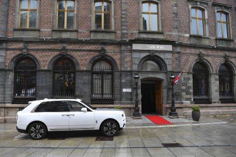 Sjåføren av millionbilen hadde kjørt seg selv til hotellets dør torsdag formiddag.