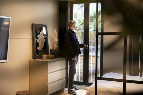 Vegard Øien inspiserer en leilighet i Håkonsgaten som han vurderer å kjøpe.
