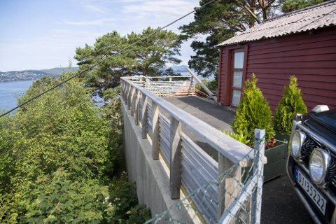 Denne muren og parkeringsplassen ble bygget på tross av at den tidligere driftssjefen i Bergen kommunale bygg, Per Fredrik Gjesdahl, fikk avslag fra Plan- og bygningsetaten.