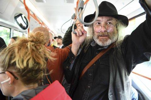 Sykepleier Jørund Løvland er på vei hjem fra jobb på en av bussene han pleier å ta fra Haraldsplass.