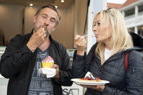 – Bare måtte smake, sier Anna Svendsen. Sammen med Morten Svendsen fant de Vafleriet fristende mellom Fisketorgets mange utvalg.