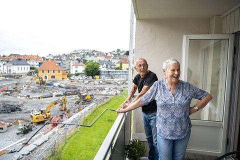 Rolf og Ragnhild Jenssen har vurdert å flytte på grunn av all utbyggingen på Kronstad, men har bestemt seg for å bli.