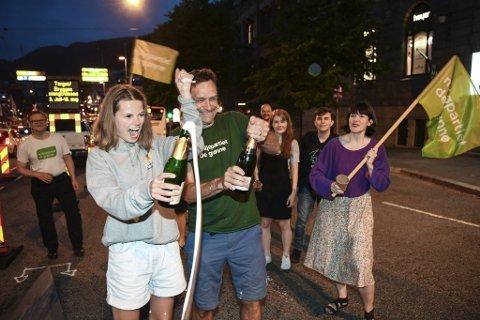 Bildet er tatt i forbindelse med MDGs feiring over stengingen for biler over Bryggen i sommer. Josefine Gjerde og Arild Hermstad fant i den anledning frem champagnen.