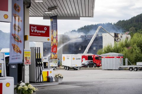 Shellstasjonen er nærmeste nabo til boligblokken. Overvåkningskameraer kan gi nye opplysninger om brannen.